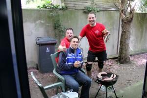 Der Grillmeister (in der Mitte)